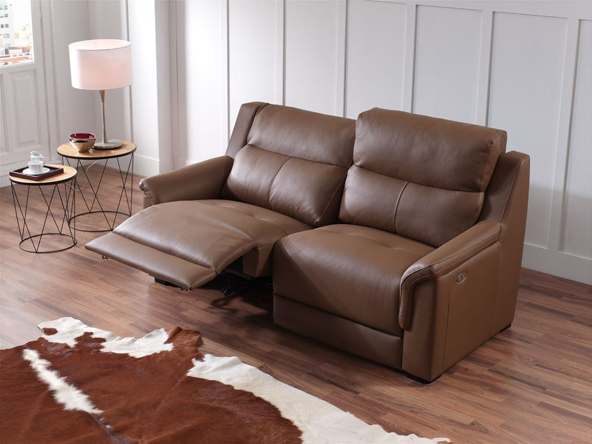 Mince plane of the Mini model in leather and brown. The seats are reclining allowing the legs to be elevated. The model is presented in the same room as the previous image.