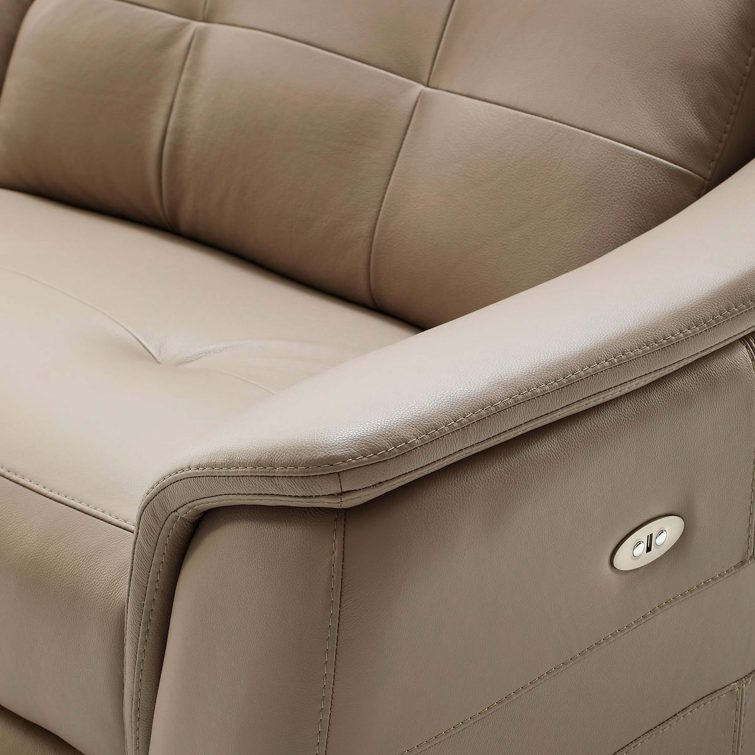 Close-up of the arm, side and seat of the sofa. On the side it has two buttons incorporated to activate the relax. You can see firsthand the perfect sewn and shiny skin texture.