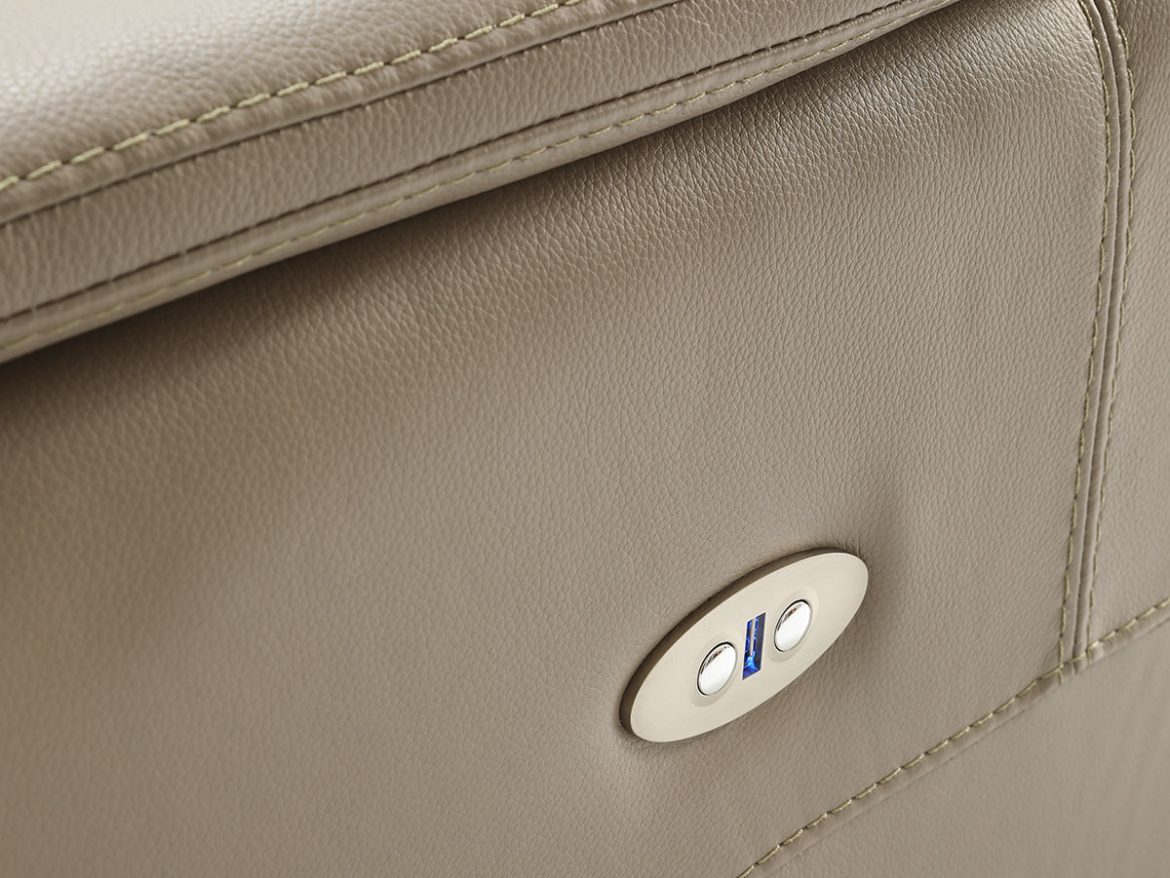 Detail of the arm and side of the Sylvie model. It has two buttons incorporated to activate the relax.