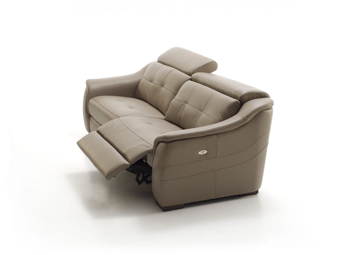 Side view of the Sylvie model in white cyclorama. On this occasion one of the seats is slid up the lower part where the legs are placed, while the headrest is down.